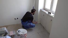 Trabalhador da pintura da parede video estoque