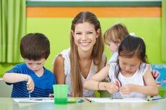 Trabalhador da puericultura com crianças Fotografia de Stock Royalty Free