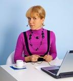Trabalhador da sustentação do telefone em seu local de trabalho imagem de stock royalty free