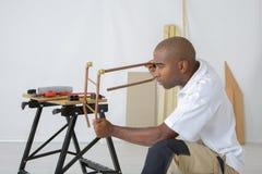 Trabalhador da tubulação que aperta o parafuso fotos de stock royalty free