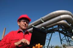 Trabalhador de central elétrica com laptop Fotos de Stock Royalty Free
