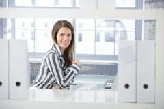 Trabalhador de escritório bonito na mesa Fotografia de Stock