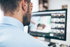 Trabalhador de escritório cansado de olhar o monitor fotografia de stock