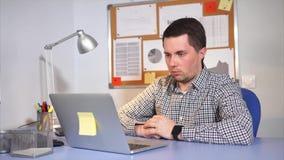 Trabalhador de escritório cansado que usa o portátil Esgotou e obtém quase dormido video estoque