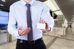 Trabalhador de escritório com cartão Fotografia de Stock