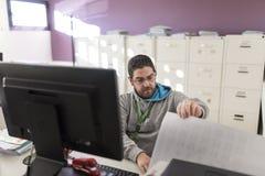 Trabalhador de escritório com luz ambiental no computador que prepara arquivos foto de stock royalty free
