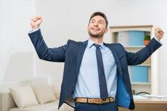 Trabalhador de escritório considerável que comemora a vitória Foto de Stock