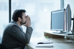 Trabalhador de escritório deprimido da virada que tem um problema da dor de cabeça fotografia de stock