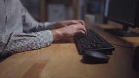 Trabalhador de escritório diligente que termina o seu trabalho na noite vídeos de arquivo