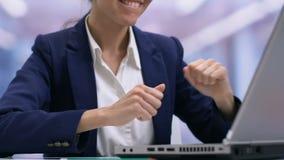 Trabalhador de escritório fêmea ansioso que verifica o correio que recebe a boa notícia, promoção da carreira video estoque