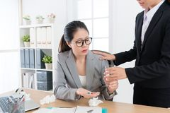 Trabalhador de escritório fêmea consideravelmente elegante que come comprimidos Fotos de Stock