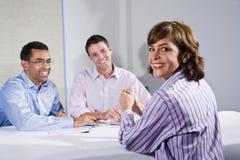 trabalhador de escritório fêmea do Meados de-adulto, na reunião foto de stock
