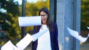 Trabalhador de escritório fêmea furioso irritado que joga o papel amarrotado, tendo a divisão nervosa no trabalho, gritando na ra video estoque