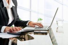 Trabalhador de escritório fêmea que faz a contabilidade. Fotos de Stock Royalty Free