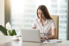 Trabalhador de escritório fêmea que faz a rotina diária do trabalho imagem de stock royalty free