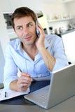 Trabalhador de escritório Home que fala no telefone Fotos de Stock