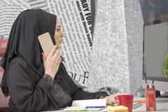 Trabalhador de escritório islâmico fêmea esperto moderno que fala no telefone Fotos de Stock Royalty Free