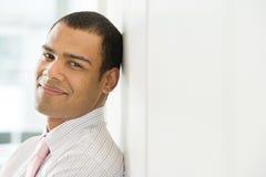 Trabalhador de escritório masculino de sorriso imagem de stock royalty free