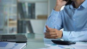 Trabalhador de escritório masculino que fala no telefone, apontando a reunião com cliente, ocupação vídeos de arquivo