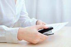 Trabalhador de escritório na camisa branca Staples forra Close-up fotos de stock