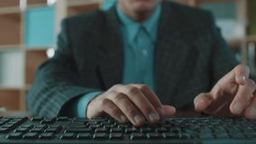 Trabalhador de escritório na datilografia rápida da camisa azul do revestimento da manta no teclado de computador vídeos de arquivo