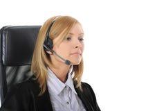 Trabalhador de escritório novo com auriculares. Imagem de Stock
