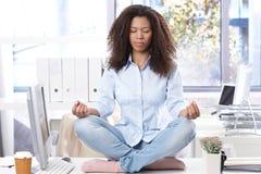Trabalhador de escritório ocasional que relaxa no escritório Foto de Stock