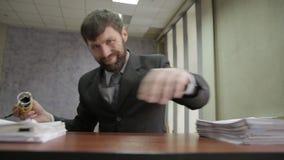 Trabalhador de escritório ocupado que carimba originais entrantes originais do scatter do homem de negócios ao redor filme