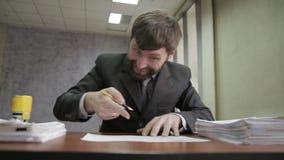 Trabalhador de escritório ocupado que carimba originais entrantes originais do scatter do homem de negócios ao redor video estoque