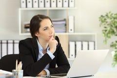 Trabalhador de escritório pensativo que quer saber olhando o lado imagens de stock
