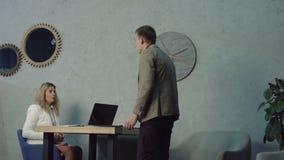 Trabalhador de escritório preguiçoso reprimanded pelo gerente no local de trabalho video estoque