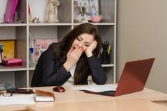 Trabalhador de escritório que boceja na frente do computador Foto de Stock