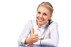 Trabalhador de escritório que dá o sinal do thumbs-up Fotografia de Stock