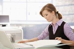 Trabalhador de escritório que faz o documento na mesa foto de stock