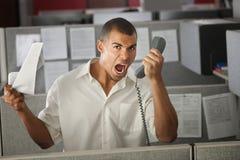 Trabalhador de escritório que grita no telefone imagem de stock royalty free
