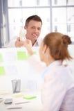 Trabalhador de escritório que passa o telefone ao colega Imagens de Stock Royalty Free