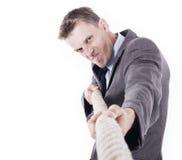 Trabalhador de escritório que puxa uma corda Fotografia de Stock Royalty Free