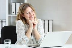 Trabalhador de escritório que sonha no local de trabalho fotos de stock royalty free