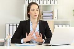Trabalhador de escritório que tenta relaxar em um dia mau fotografia de stock