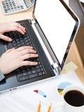 Trabalhador de escritório que trabalha no portátil com tela do entalhe Foto de Stock Royalty Free