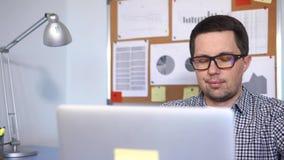 Trabalhador de escritório que usa o computador para trabalhar na rede vídeos de arquivo