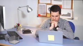 Trabalhador de escritório que usa o portátil Homem caucasiano no vestuário desportivo usando o portátil filme