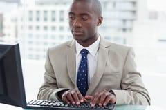Trabalhador de escritório que usa um computador fotografia de stock