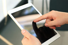 Trabalhador de escritório que usa um touchpad para analisar dados estatísticos Imagem de Stock