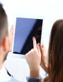 Trabalhador de escritório que usa um touchpad para analisar dados estatísticos Fotos de Stock Royalty Free