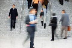 Trabalhador de escritório que anda acima das escadas, borrão de movimento Fotografia de Stock