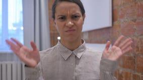 Trabalhador de mulher latino-americano irritado frustrante no escritório, retrato filme