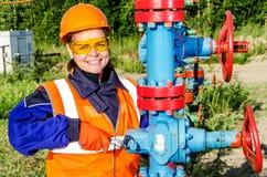 Trabalhador de mulher no campo petrolífero Fotos de Stock