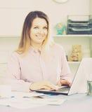 Trabalhador de mulher positivo que trabalha eficazmente no escritório foto de stock royalty free