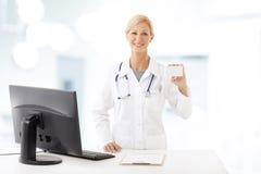 Trabalhador de sorriso dos cuidados médicos Fotografia de Stock